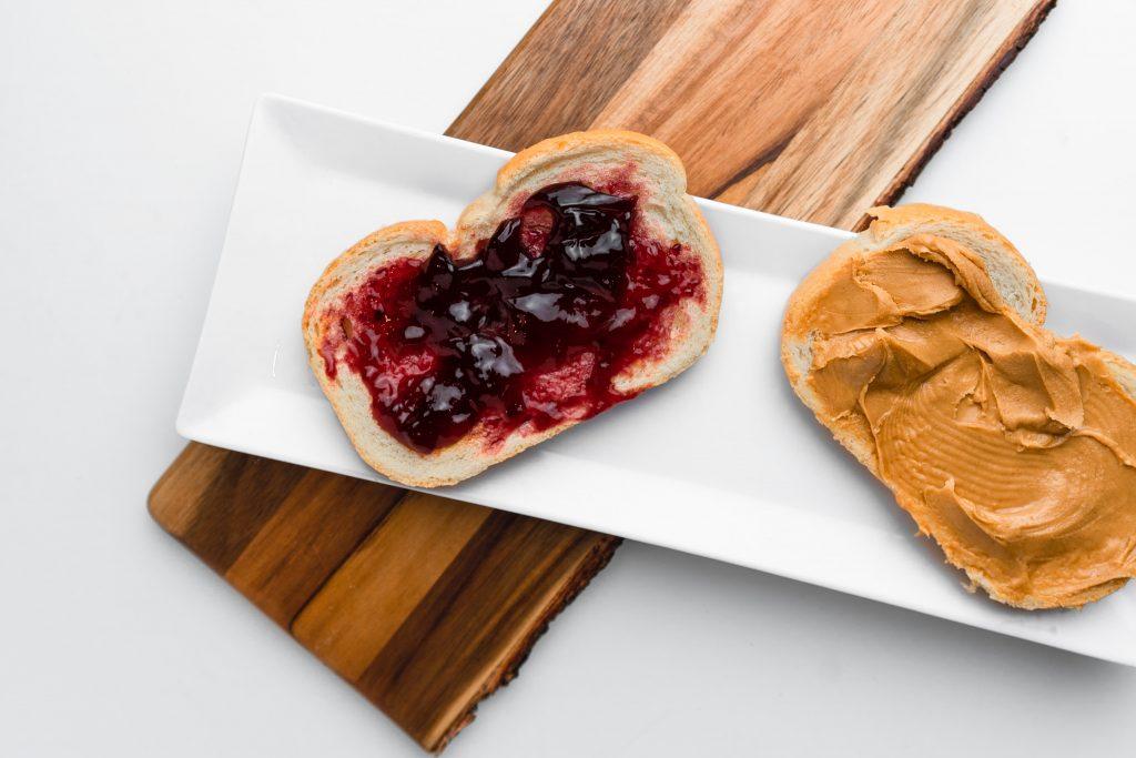 Idee de mic-dejun: unt de arahide cu gem