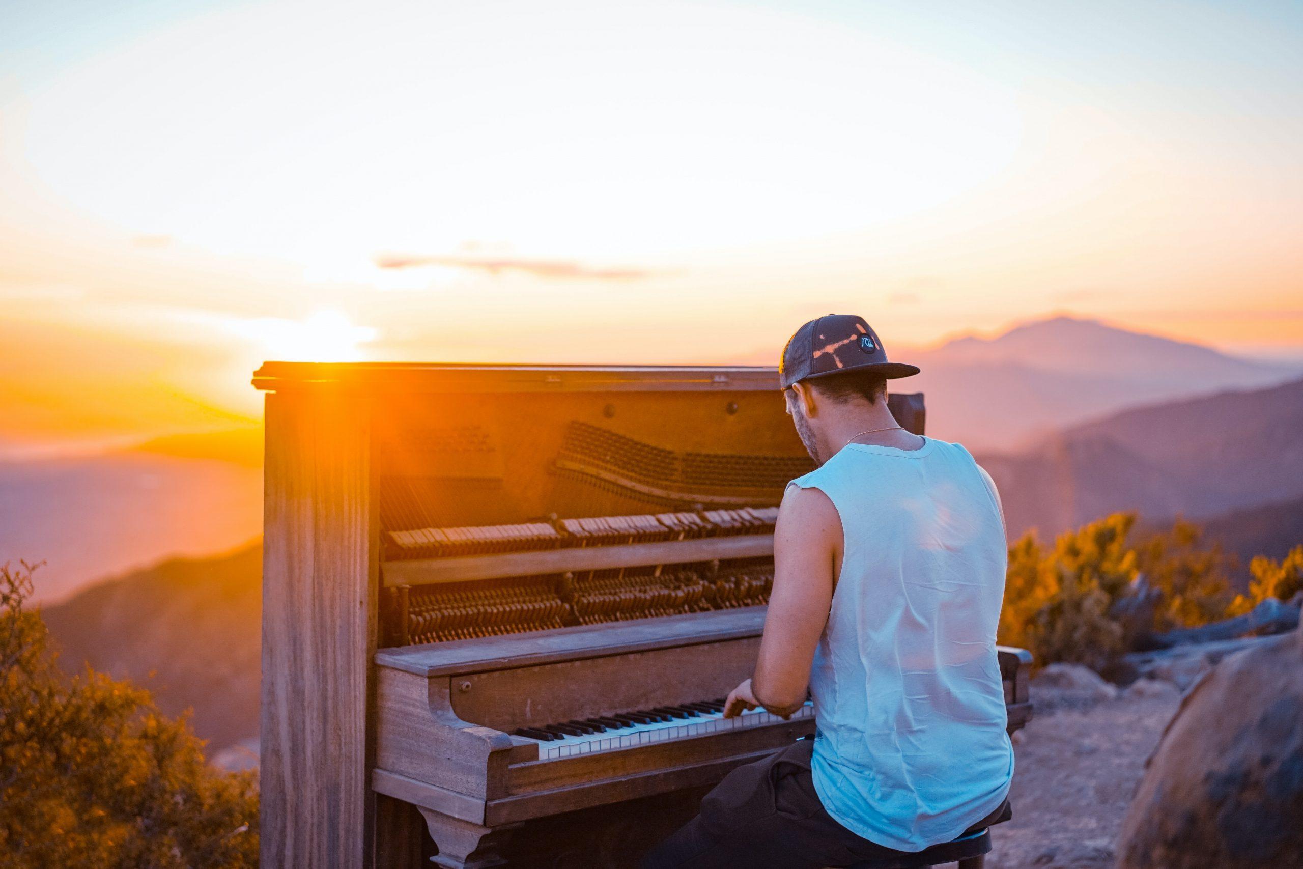 25 cântăreți născuți în luna mai și poveștile care i-au făcut celebri