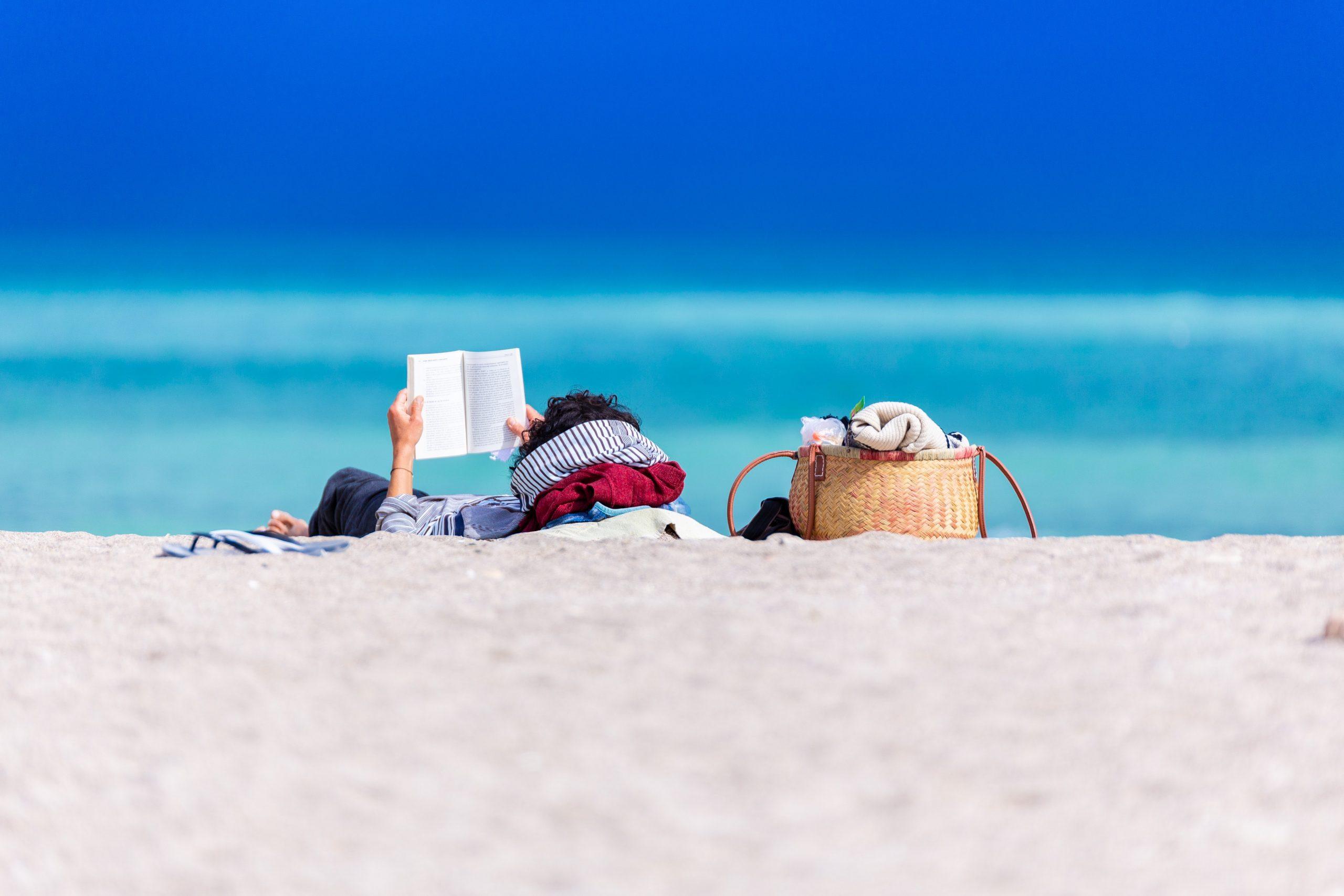7 scriitori născuți în august numai buni de luat în vacanță