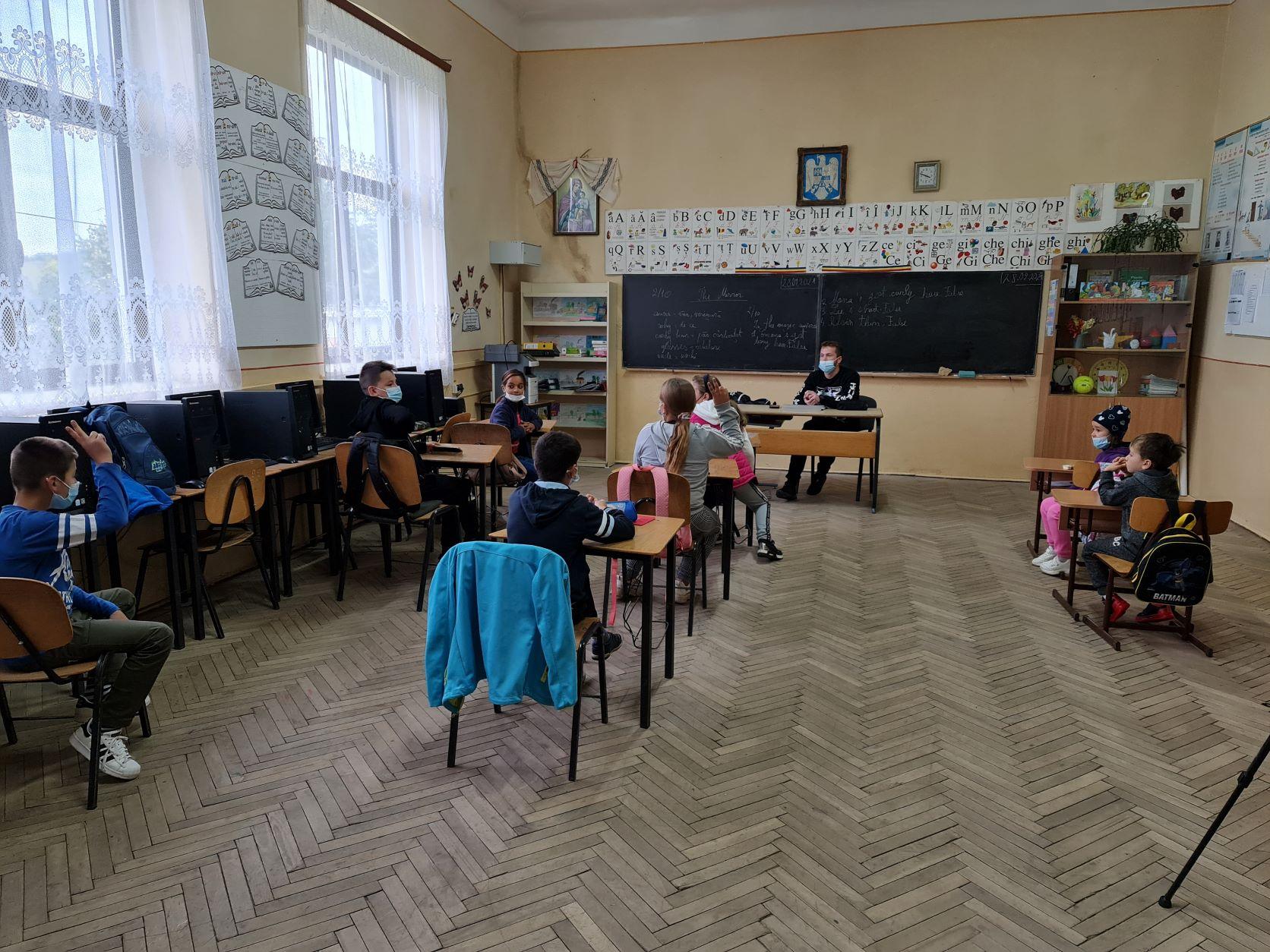 Am participat la orele elevilor din mediul rural și am aflat cum poate ajunge și acolo educația de calitate